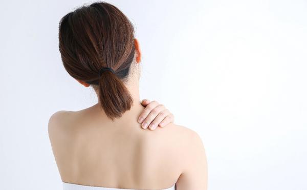 ストレスが原因で肩こりになることも。肩こりを放置すると美容にどんな影響があるの? | 「KOSE」輝き続けるあなたのために。コーセーの美容情報サイト
